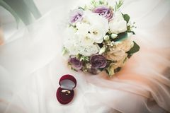 Gouden bruiloft twee belt geïsoleerd concept als achtergrond Stock Foto's