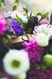 Gouden bruiloft twee belt geïsoleerd concept als achtergrond Royalty-vrije Stock Fotografie