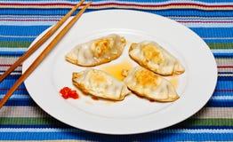 Gouden Bruine Potstickers op Witte Plaat Stock Fotografie