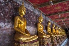Gouden buddhas in Wat Suthat, Bangkok Stock Afbeeldingen