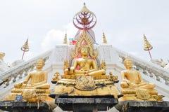 Gouden buddhasstandbeeld in boeddhisme Thaise tempel stock fotografie