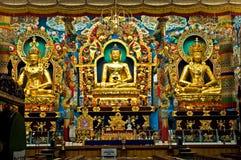 Gouden Budha die door kleurrijke standbeelden wordt omringd Stock Fotografie
