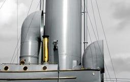 Gouden buis op een schipraad Stock Fotografie