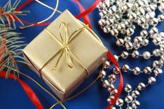 Gouden buitensporige doos en glassbeads Stock Afbeelding