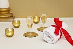 Gouden candels en champagneglazen in een KUUROORD Royalty-vrije Stock Foto's