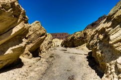 Gouden Canion met blauwe hemel in het Nationale Park Califo van de Doodsvallei Stock Afbeelding