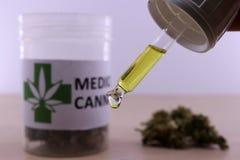 Gouden cannabisolie om spierpijnen te kalmeren stock fotografie