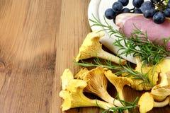Gouden cantharel met rozemarijn en bacnon Stock Foto