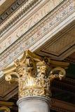 Gouden chapiter in één van de historische gebouwen in Boedapest Stock Foto's