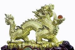 Gouden Chinees draakstandbeeld op witte achtergrond Stock Afbeelding