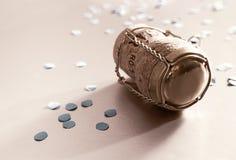 Gouden cork en confettien Stock Foto's