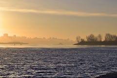 Gouden dageraad over de rivier Ob stock fotografie