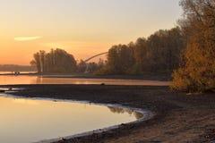 Gouden dageraad over de rivier Ob in Novosibirsk stock afbeeldingen