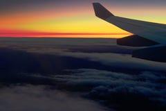 Gouden dageraad tijdens de vlucht Stock Afbeeldingen