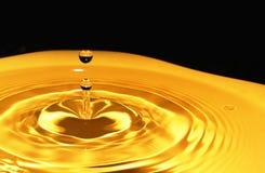Gouden daling van water op een zwarte achtergrond-2 Stock Foto