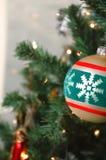 Gouden de balornament van de Kerstboom met lites Stock Afbeeldingen