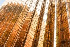 Gouden de bouw van het kleurenbureau torenvoorgevel in commercieel centrum Stock Foto