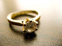 Gouden de gemclose-up van de ringsdiamant Gouden die huwelijk of verlovingsring met diamant wordt verfraaid royalty-vrije stock fotografie