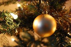 Gouden de snuisterijdecoratie van de Kerstboom Stock Foto
