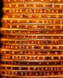 Gouden de stapelachtergrond van dollarmuntstukken Stock Afbeeldingen