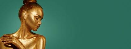 Gouden de vrouwenportret van de huidschoonheid Mannequinmeisje met vakantie gouden make-up royalty-vrije stock foto's