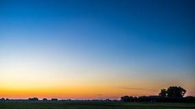 Gouden de winterzonsopgang en warme lege hemel met lage horizon Royalty-vrije Stock Afbeeldingen