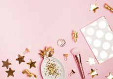 Gouden decor en vrouwelijke toebehoren op de roze achtergrond, royalty-vrije stock afbeelding