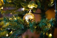 Gouden decoratiebol op dichte omhooggaand van de Kerstmisboom royalty-vrije stock foto's