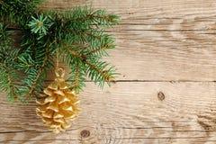 Gouden denneappel op Kerstmisboom Stock Fotografie