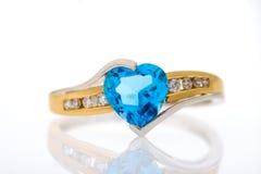 Gouden diamantenring met blauw gevormd saffierhart Royalty-vrije Stock Fotografie