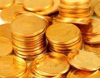 Gouden dichte omhooggaand van de geldstapel De achtergrond van muntstukken royalty-vrije stock afbeelding