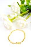 Gouden die armband op wit met bloemen wordt geïsoleerd Royalty-vrije Stock Afbeelding