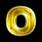 Gouden die brief O van opblaasbare die ballon wordt gemaakt op zwarte achtergrond wordt geïsoleerd Royalty-vrije Stock Foto's