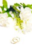 Gouden die de oorringsjuwelen van de tegenhangerkamee met bloemen op whit worden geïsoleerd Royalty-vrije Stock Afbeelding