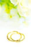 Gouden die de oorringsjuwelen van de tegenhangerkamee met bloemen op whit worden geïsoleerd Royalty-vrije Stock Fotografie