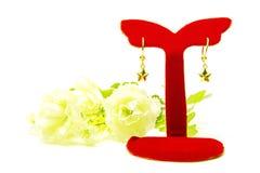 Gouden die de oorringsjuwelen van de tegenhangerkamee met bloemen op whit worden geïsoleerd Stock Afbeeldingen