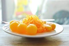 Gouden die draden en boondeeg met de ballen van de eierdooierzachte toffee in het Thaise snoepje van de stroopverscheidenheid op  Royalty-vrije Stock Afbeelding