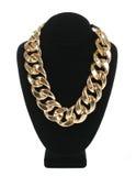 Gouden die halsbandketting op fluweeltribune op wit, manierjuwelen wordt geïsoleerd Royalty-vrije Stock Afbeeldingen