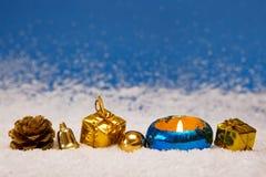 Gouden die Kerstmisdecoratie op blauwe achtergrond wordt geïsoleerd Royalty-vrije Stock Foto