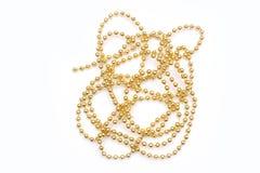 Gouden die parels op witte achtergrond worden geïsoleerd De decoratie van Kerstmis royalty-vrije stock foto