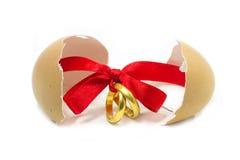 Gouden die ringen met rood lint worden gebonden stock foto's