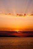Gouden die zonsondergang met stralen boven wolken, zon door wolk wordt behandeld Stock Afbeeldingen