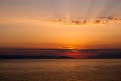Gouden die zonsondergang met zon door wolken, stralen boven wolken wordt behandeld Royalty-vrije Stock Foto