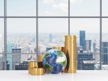 Gouden dollar en Aarde Stock Afbeeldingen
