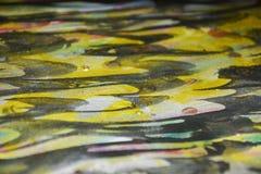 Gouden donkere wasachtige druppelsverf De abstracte achtergrond van de waterverfverf Stock Fotografie