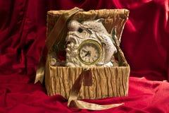 Gouden doos en klok Royalty-vrije Stock Afbeelding