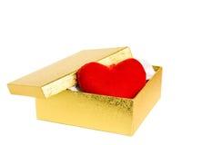 Gouden doos met rood hart Stock Fotografie