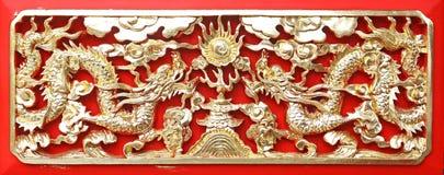Gouden draak (Chinees: Lang) houtsnijwerk Royalty-vrije Stock Afbeeldingen