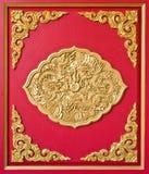 Gouden draak die op rood hout wordt verfraaid Stock Foto's