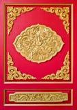 Gouden draak die op rood hout wordt verfraaid Royalty-vrije Stock Afbeeldingen